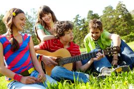 chanter et jouer de la guitare en même temps avec des amis