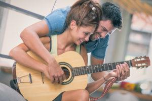 Apprendre à chanter et jouer de la guitare en même temps