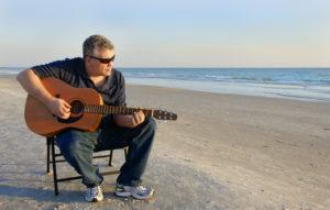 chanter et jouer de la guitare en même temps sur la plage