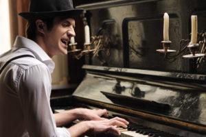 musicien chanteur au piano formazik