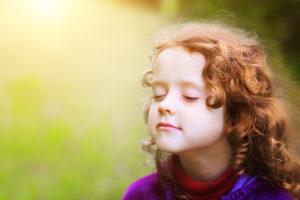 l'écran ou le temps ; enfant ressentant, les yeux fermés